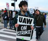 Graduate employees and their supporters picket at UC Santa Cruz during their two-day strike (Alex Darocy | Indybay.org)
