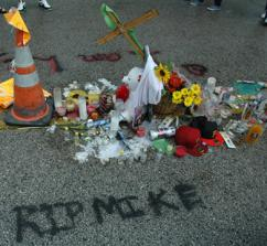 A shrine for Mike Brown on the street where he was killed in Ferguson (Eric Ruder   SW)