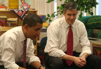Chicago Public Schools CEO Arne Duncan (right) visits a classroom with Barack Obama
