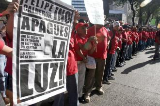 SPE members march against the government attack on Luz y Fuerza del Centro stations (Jess Villaseca)