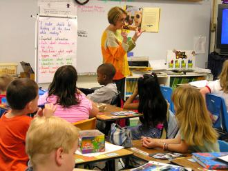 An elementary school teacher leads a guided reading lesson (Judy Baxter)