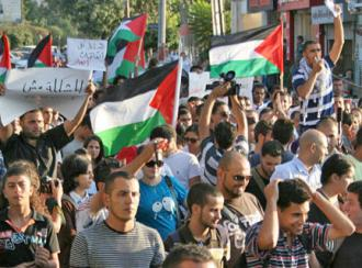 Palestinians march in Ramallah against the betrayals of the Palestinian Authority (Tal King)