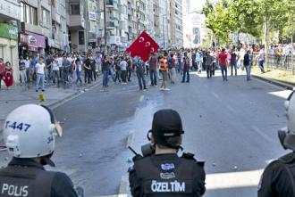 Protesters confront police on the way to Taksim Square