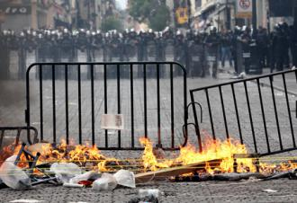 Riot police prepare to tear down barricades and evict teachers from Mexico City's zócalo (Jesús Villaseca Pérez)