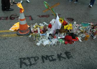 A shrine for Mike Brown on the street where he was killed in Ferguson (Eric Ruder | SW)