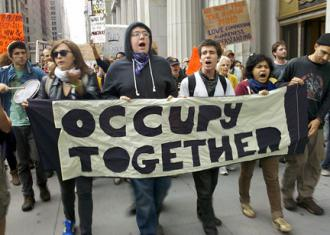 Participants in the occupation of Wall Street march toward the Brooklyn Bridge (Doug Singsen | SW)