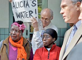 Protesters demand that Alicia's water be turned back on (Jamie Partridge)