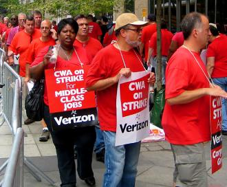 Communications workers picket against Verizon in New York (Peter Lamphere | SW)