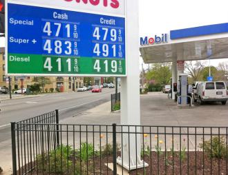 A Mobil station in Chicago where average gas prices at the pump have been highest in the country  (Eric Ruder | SW)