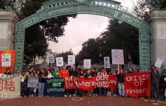 Demonstrators block Sather Gate at UC Berkeley (Suzy Babb)