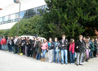 SFSU students linked arms and encircled the occupied business administration building (Labor Video Project)