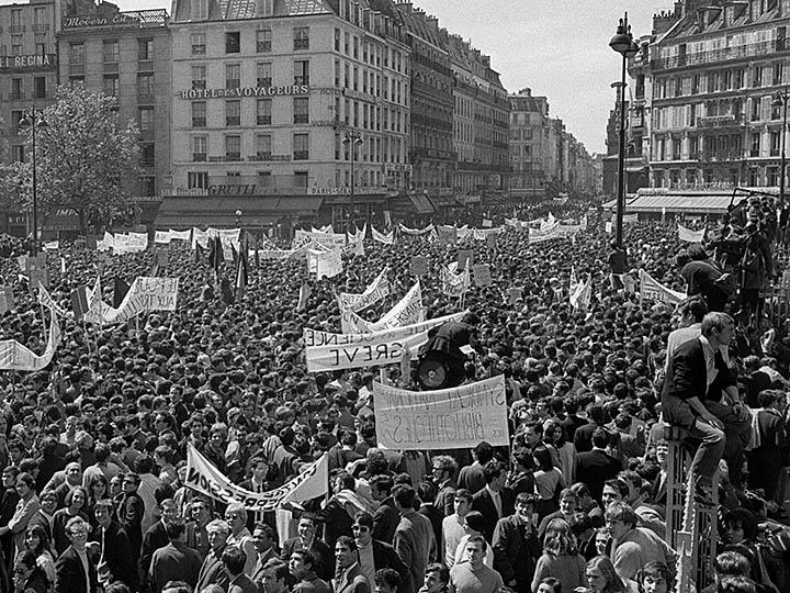 Tens of thousands pour into the streets of Paris in May 1968