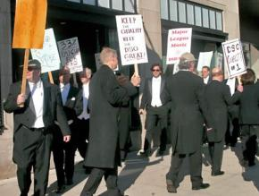 Musicians of the Detroit Symphony Orchestra on the picket line