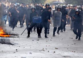 Egyptian riot police descend on protesters in Cairo