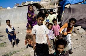 An al muhamasheen woman with her children in Taizz, Yemen