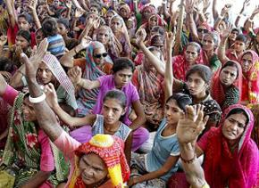 Women in Gujarat protest the Mithi Virdi nuclear project