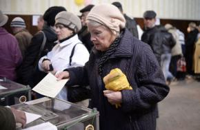 Lined up to vote in Crimea's referendum on secession