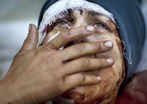 A Syrian woman mourns victims of air strikes in Idlib