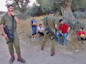 Israeli soldiers detain youth for raising the Palestinian flag in Tel Rumeida
