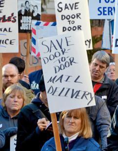 Postal workers rally to defend door-to-door delivery (Lauriel Arwen)