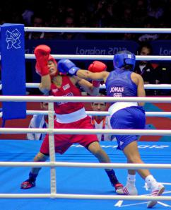 British contender Natasha Jonas (in blue) battles Queen Underwood of the U.S. (Ian Glover)