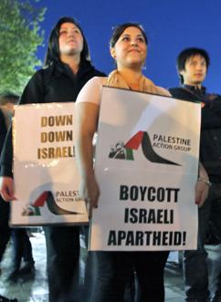 Activists stand for boycott, divestment and sanctions against Israeli apartheid (Kate Ausburn)