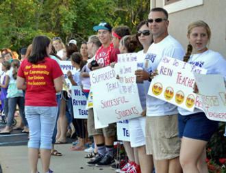 Reynoldsburg teachers rally with support from students (REA)