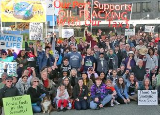 Hundreds protest in Olympia, Washington, against fracking materials bound for Standing Rock (Zoltán Grossman)