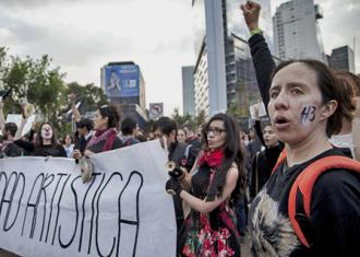 A march for the return of the 43 students disappeared from Ayotzinapa (Isabel Sanginés | Somos el Medio)