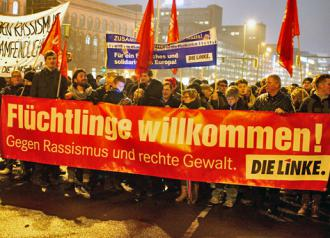 Die Linke members march against the racist PEGIDA movement (Enna Lenze)