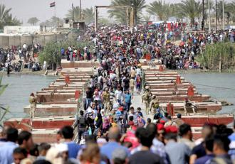 Refugees flee from the Iraqi city of Ramadi after ISIS's offensive
