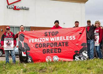 Strikers and supporters picket outside a Verizon Wireless store (Paul Weaver)