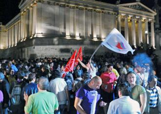 Protesting austerity in Syntagma Square outside the Greek parliament building (Adolfo Lujan)