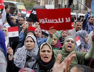Protesters mass outside Egypt's Presidential Palace to decry Morsi's power grab (Moud Barthez)