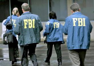 FBI agents head into a courthouse