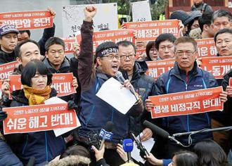 Han Sang-gyun speaks to supporters outside the Buddhist temple where he took refuge from arrest (KCTU)