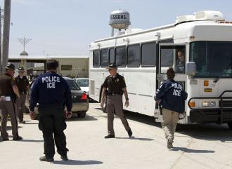 A Homeland Security bus loaded with detainees leaves the AgriProcessors plant (Mark Hirsch | Rapport)