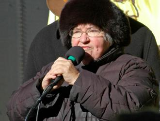 Lynne Stewart speaks to an antiracist demonstration in 2008 (Thomas Good)