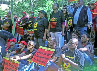 Members of NUMSA demonstrate outside COSATU headquarters (NUMSA)