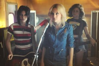 Kristen Stewart as Joan Jett and Dakota Fanning as Cherie Currie in The Runaways
