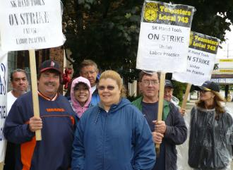 Workers on the picket line at SK Hand Tools in Chicago (Lee Sustar | SW)