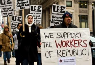 Supporters of workers at Republic Windows & Doors picket the Bank of America building in Chicago (Nicholas Kamm | AFP)