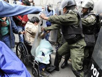 Bolivian riot police attack disability rights protesters in La Paz
