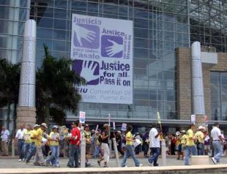 Puerto Rico teachers picket the SEIU convention in San Juan to protest the U.S. union's siding with the island's union-busting governor (pr.indymedia.org)