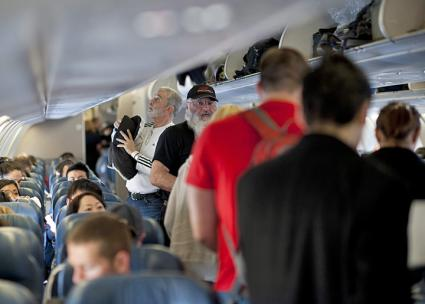 Passengers cram into a Delta Airlines flight (Staff Sgt. Samuel Morse | Wikimedia Commons)