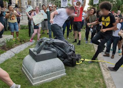 Protesters destroy a confederate statue in Durham, North Carolina (Rodney Dunning | flickr)
