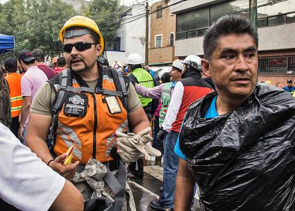 Volunteers and municipal workers coordinate relief efforts after the Mexico City earthquake (Armando Simonin | flickr)