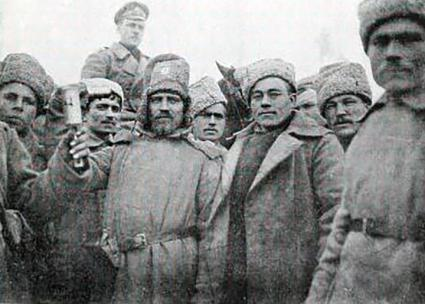 Russian infantrymen pose for a photographer during the First World War (Lodewijk Hermen Grondijs | Wikimedia Commons)