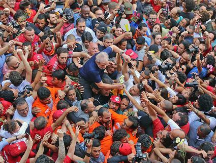 Supporters rally to defend Workers' Party leader Luiz Inácio Lula da Silva (center) (Adonis Guerra | SMABC)