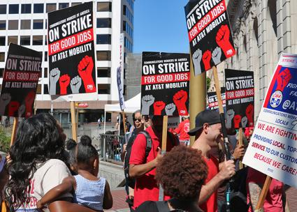 AT&T workers on the picket line in San Francisco         (Luke Pickrell)